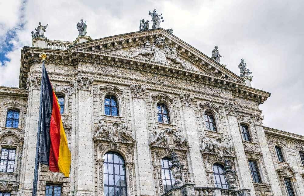 nemacka zastava ispred zgrade